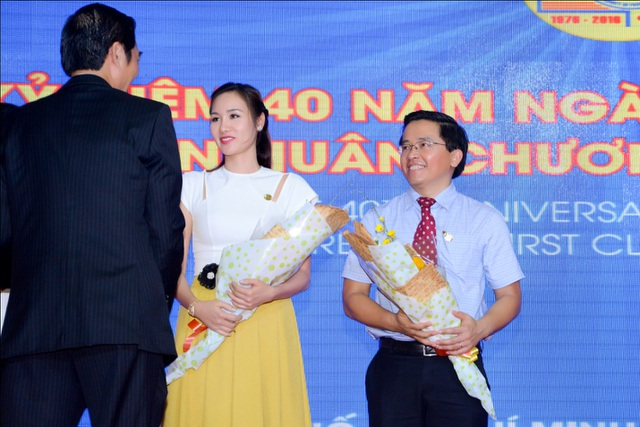 Hoa hậu Kim Nguyễn nhận hoa cảm ơn từ phía lãnh đạo trường Đại học Thể dục Thể thao