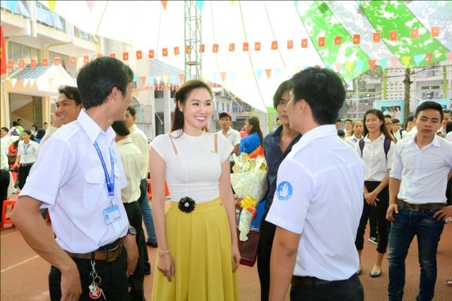 Hoa hậu Kim Nguyễn trò chuyện thân mật cùng các bạn sinh viên