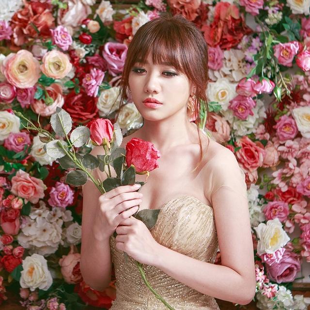 Hari cũng nhanh chóng tung ra MV cho ca khúc này bằng hình ảnh mặc váy cưới gây chú ý. Hari Won chia sẻ, đây sẽ là một món quà thú vị dành cho những khán giả hâm mộ giọng hát của cô.