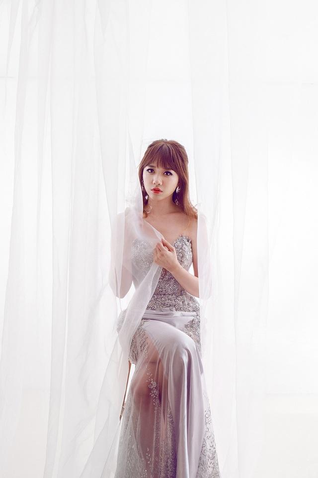 Đây là lần đầu tiên Hari Won mặc trang phục cưới để thực hiện MV, tuy nhiên, điều đáng tiếc hình ảnh thể hiện của Hari từ ánh mắt, khuôn mặt lại khá buồn bã, không được tươi đẹp và rạng rỡ như hình ảnh thường thấy của cô dâu. Thậm chí, trong một vài phân đoạn nữ ca sĩ còn rơi lệ vì xúc động.