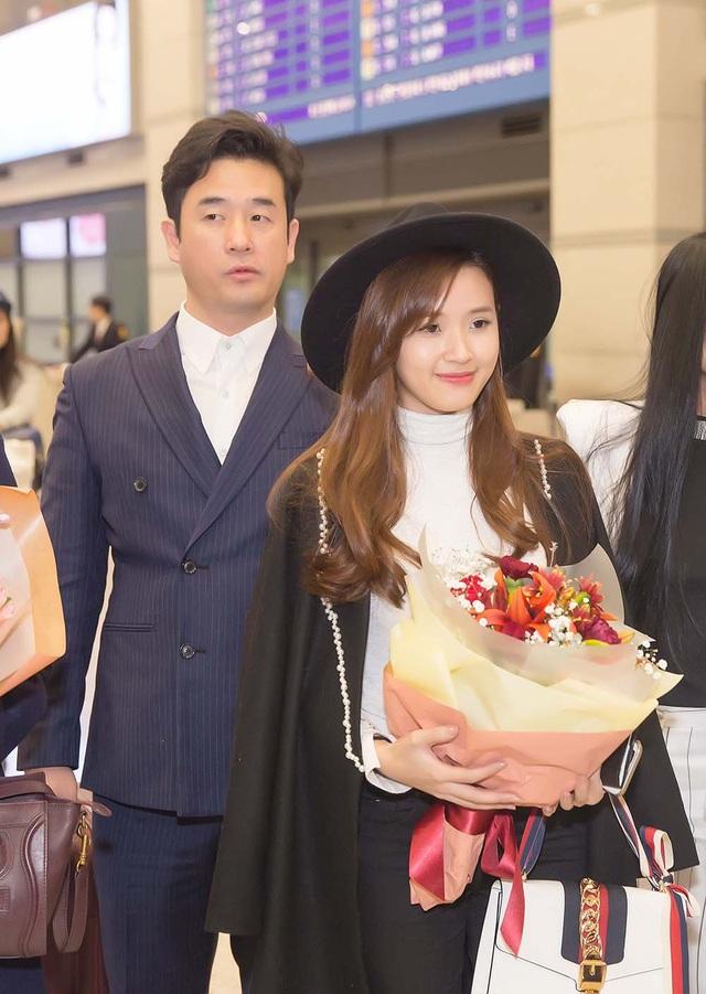 Khi đến sân bay Hàn Quốc, Midu được đạo diễn Hàn Quốc và giám đốc công ty SRB ra tận sân bay đón và tặng hoa.