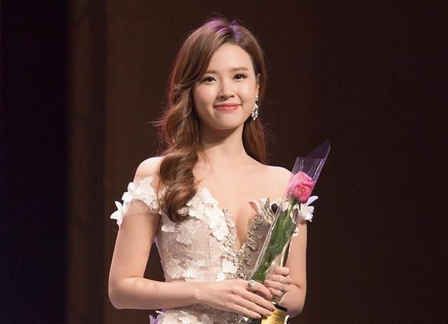 Trong lễ trao giải của chương trình, diễn viên Midu được nhận giải diễn viên Châu Á xuất sắc. Nụ cười rạng rỡ của Midu trên sân khấu tại Hàn khi nhận giải thưởng năm nay