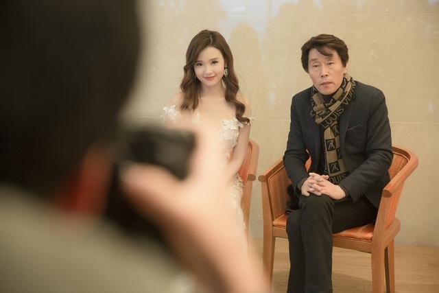 Midu đã đến sớm theo sắp xếp của BTC trả lời phỏng vấn với các phóng viên về giải thưởng. Cô được đề cử giải diễn viên Châu Á xuất sắc.
