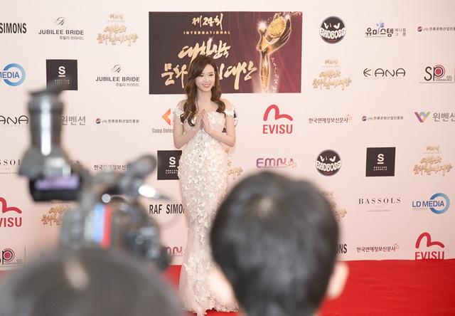 Xuất hiện trên thảm đỏ tại chương trình quốc tế, Midu chọn chiếc váy đuôi cá màu trắng quyến rũ và nữ tính được đính kết cầu kỳ
