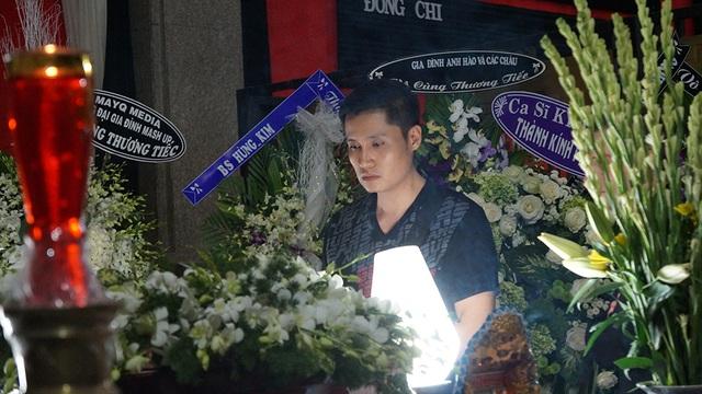 Ca sĩ Xuân Phú buồn bã nhìn mặt nghệ sĩ Quang Lý lần cuối