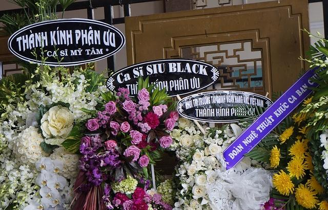 Ca sĩ Mỹ Tâm, Siu Black cũng gửi vòng hoa đến viếng nghệ sĩ