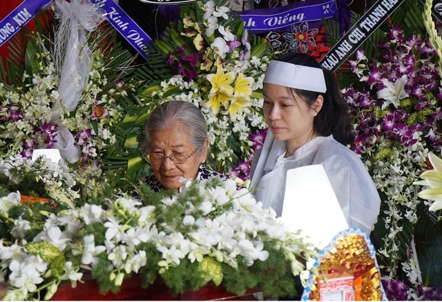 Nghệ sĩ Phi Điểu chia buồn cùng gia đình và nhìn mặt ca sĩ Quang Lý lần cuối