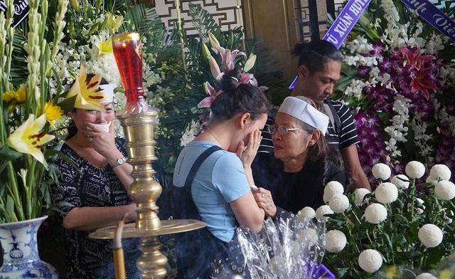Con gái NSƯT Quang Lý nức nở bên linh cữu cha - 3