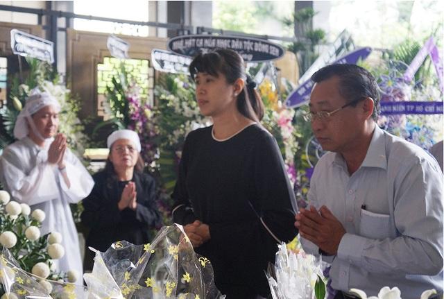 MC Quỳnh Hoa cũng đến viếng và chia buồn cùng gia đình.
