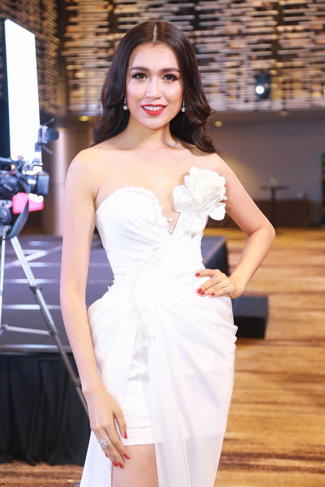 Xuất hiện trong buổi họp báo ngày 5/12, Á hậu Lệ Hằng diện 2 chiếc váy tông đỏ và trắng nổi bật.