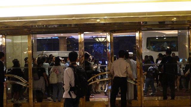 Từ sáng đến đêm, các fan vẫn theo chân Yesung bất kỳ nơi nào nam ca sĩ làm việc. Thậm chí khách sạn của anh cũng được các fan đeo bám từ bên ngoài.