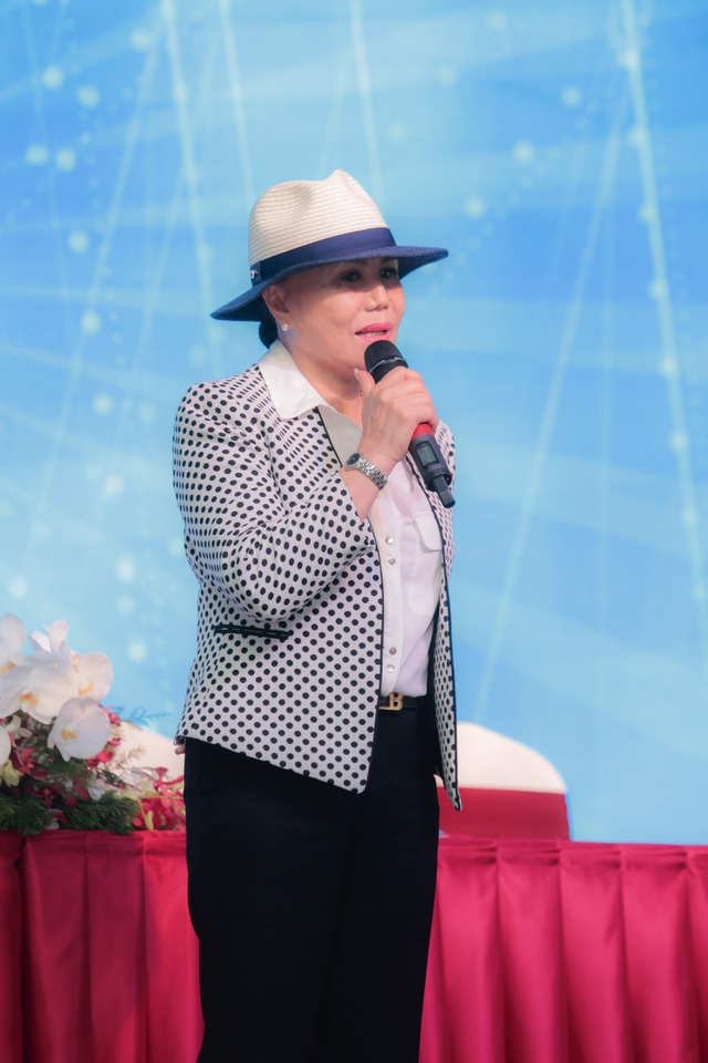 """Liveshow """"Tình một ngày tình cũng trăm năm"""" được xem là liveshow chính thức đầu tiên của Thanh Tuyền tại Sài Gòn (TPHCM) sau nhiều năm xa xứ. Các ca sĩ khách mời tham gia đêm nhạc gồm danh ca Thái Châu, Sơn Tuyền, Bằng Kiều, Lệ Quyên, Hoài Lâm."""
