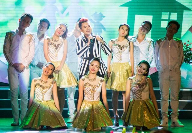 Nam Cường cũng khuấy động sân khấu bằng ca khúc Một nhà rất dễ thương cùng vũ đoàn.