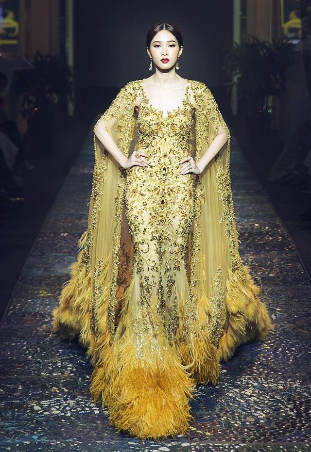 Hoa hậu Đặng Thu Thảo xinh đẹp như nữ hoàng thu hết mọi ánh nhìn khi cô khoác trên mình chiếc đầm lộng lẫy, với những chi tiết đính kết đầy công phu được làm trong suốt 1 tháng mới hoàn thành.