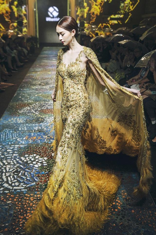 Chiếc váy với đuôi khá dài cũng khiến hoa hậu gặp một chút khó khăn khi di chuyển. Thế nhưng hoa hậu đã thể hiện tốt trong vai trò vedette và nhận được nhiều sự tán thưởng của khán giả.