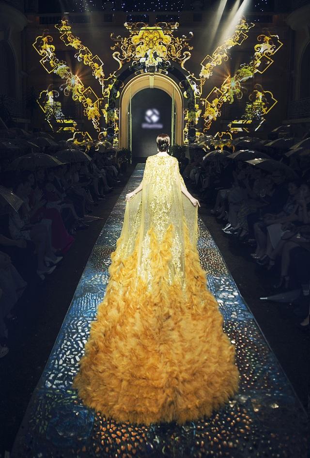 Từ góc nhìn phía sau cho thấy chiếc váy vô cùng lộng lẫy này được thực hiện khá công phu.
