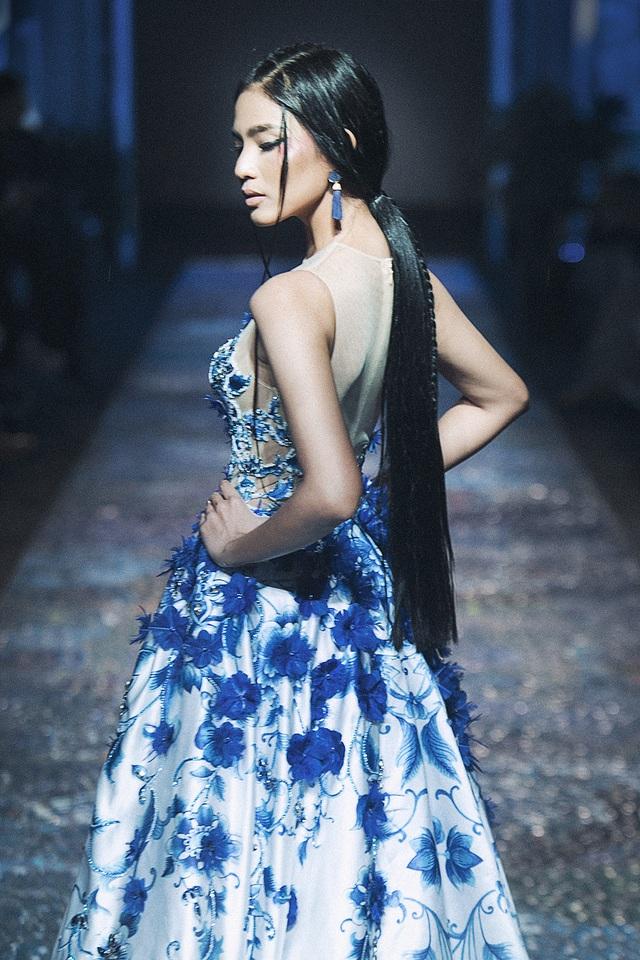 Người đẹp trình diễn chiếc váy được thêu tay cầu kì đã tạo nên một một cái kết hoàn hảo cho màn 2