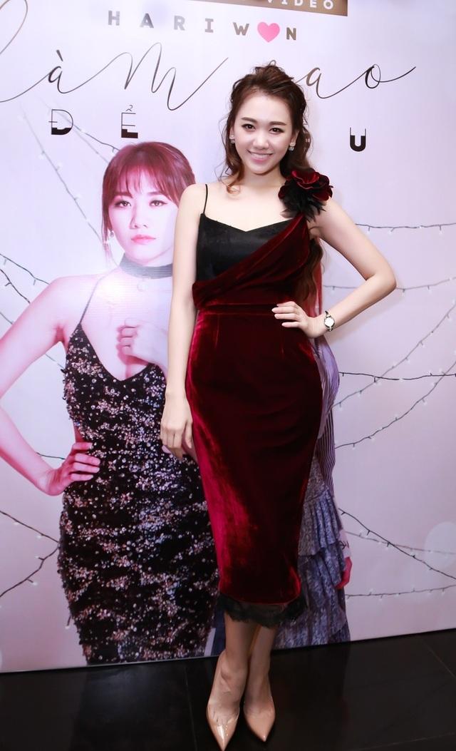 Hari Won xuất hiện trong trang phục váy nhung sang trọng và quyến rũ.