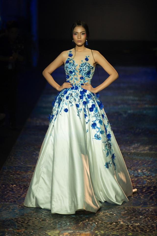 Trương Thị May chọn phong cách trang điểm có phần sắc sảo khi vẽ đuôi mắt dài, má hồng cao.