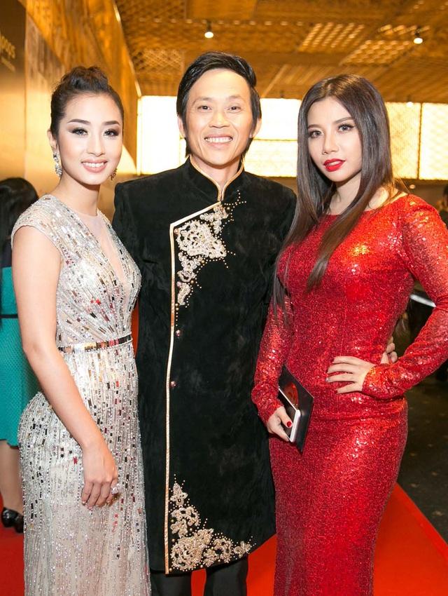 Danh hài Hoài Linh cũng có mặt trong sự kiện. Anh chọn trang phục áo dài cách tân nhưng vẫn mang đậm nét truyền thống.