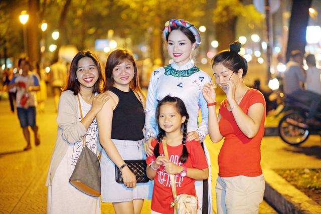 Khi thực hiện bộ ảnh trên phố, có rất nhiều khán giả đến xin chụp ảnh kỷ niệm cùng diễn viên Lan Phương
