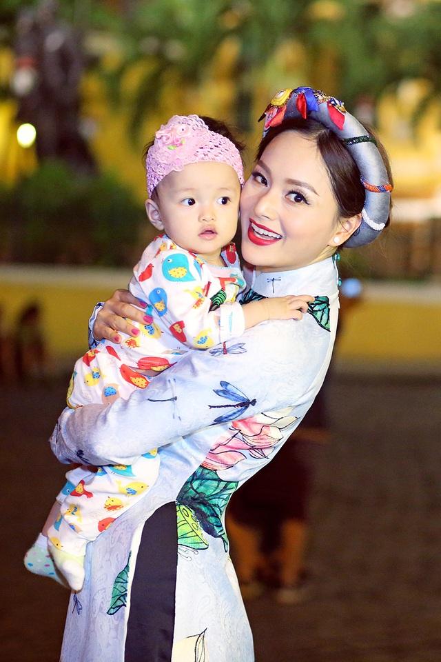 Nữ diễn viên cũng thường xuyên đến thăm các mái ấm mồ côi và luôn thấy vui bên các em.