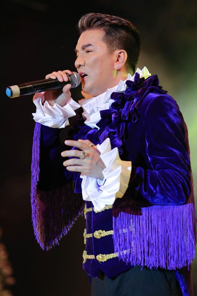 Nam ca sĩ Đàm Vĩnh Hưng vẫn luôn cháy hết mình trên sân khấu dù cuộc sống đang trải qua giai đoạn sóng gió nhất.