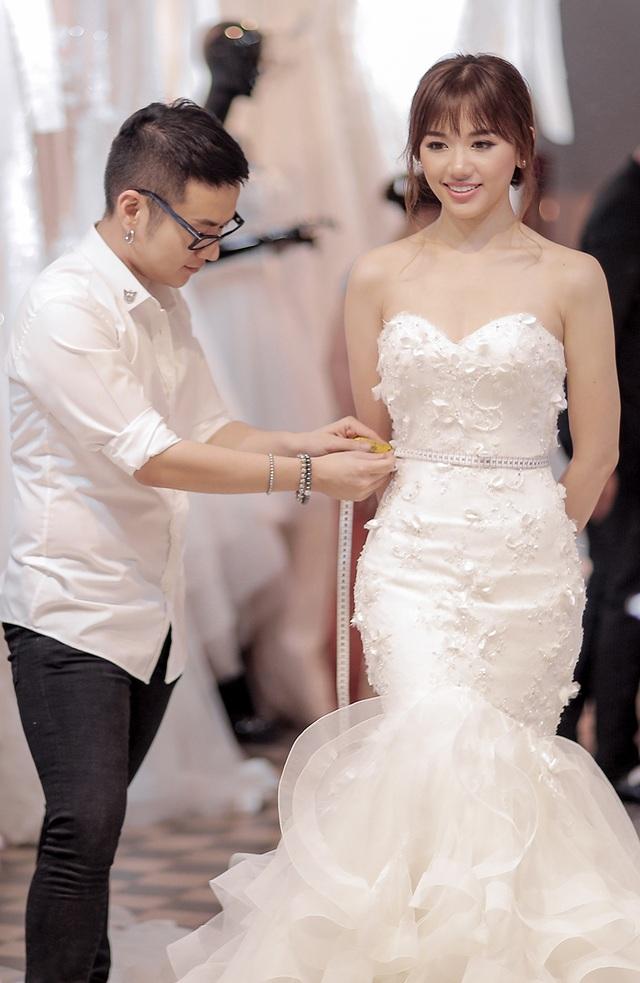 """Áo cưới của Hari Won được lấy từ hình ảnh xinh đẹp, trong sáng và gần gũi của cô. Bộ áo cưới được Trấn Thành đưa ý tưởng và mơ ước về một """"nàng công chúa nhỏ"""" lộng lẫy trong chiếc áo cưới bồng bềnh."""