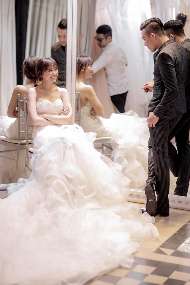 Trấn Thành và Hari nhìn nhau với ánh mắt tràn ngập hạnh phúc trong buổi chụp ảnh cưới