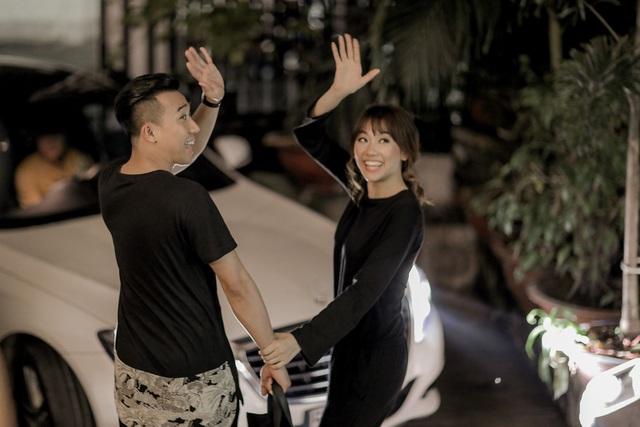 Sau khi hoàn thành bộ ảnh cưới trời cũng đã tối, cặp đôi tay trong tay ra về đầy hạnh phúc