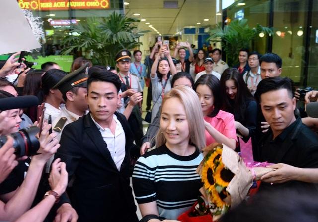 Các fan hâm mộ nhanh chóng vây kín nhóm nhạc WG. Trước tình cảm cuồng nhiệt của fan Việt, các cô gái tỏ ra rất thân thiện, không ngừng vẫy tay chào fan hâm mộ