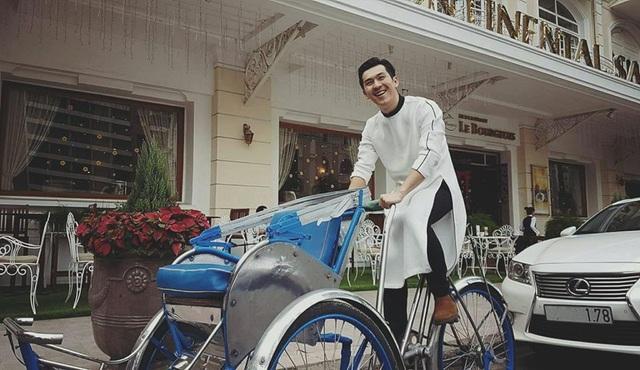 Thiên Minh diện áo dài trắng cùng quần đen và giày tây nâu. Anh chàng trông rất ra dáng một công tử Sài Gòn xưa, vừa bảnh bao lại vừa hoài cổ.