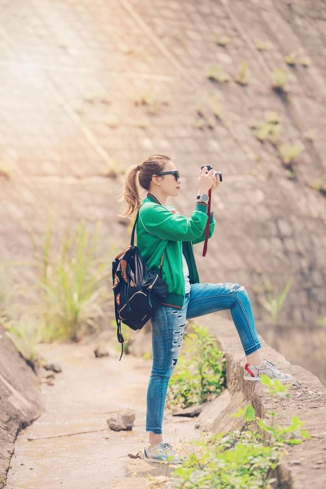 Nữ ca sĩ cũng ghé thăm những địa điểm nổi tiếng quanh đây luôn được giới trẻ cũng như các phượt thủ yêu thích. Cô còn tự mình dùng máy ảnh ghi lại những cảnh đẹp tại đây.