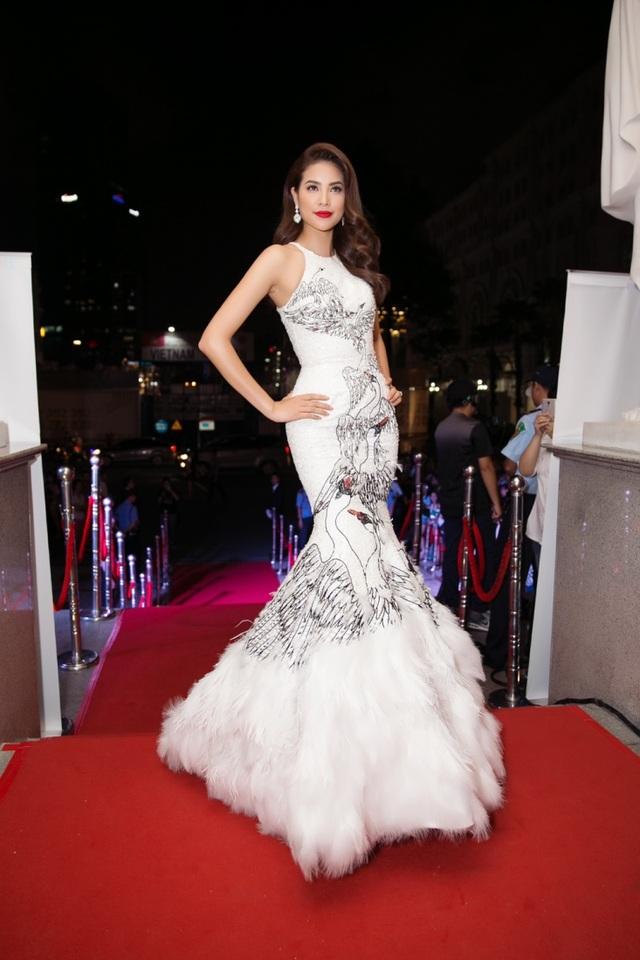 Trong cuộc thi Hoa hậu Hoàn vũ 2015, chiếc đầm dạ hội này cũng được đánh giá cao giúp Phạm Hương trở thành một trong những ứng viên sáng giá nhất cuộc thi năm đó.