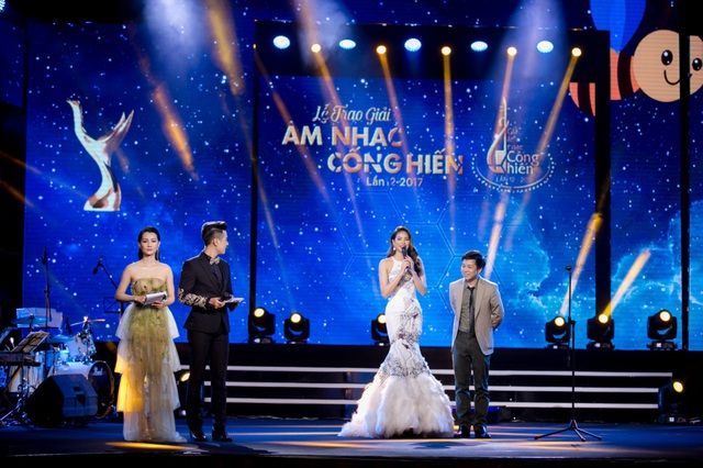 Phạm Hương xuất hiện cùng đạo diễn Đoàn Minh Tuấn với chênh lệch chiều cao khá lớn đã tạo nên tình huống gây cười, đặc biệt là với MC Nguyên Khang.