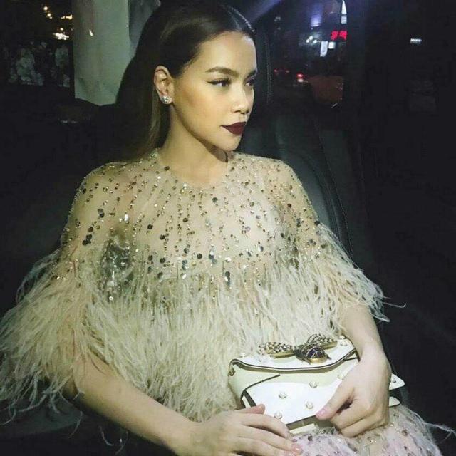 """""""Nữ hoàng giải trí"""" Hồ Ngọc Hà xinh đẹp trong bộ váy trị giá 350 triệu đồng của thương hiệu nổi tiếng đi dự sự kiện."""