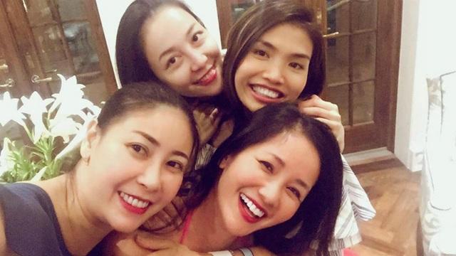 """""""Hội quán chị em"""" bao gồm diva Hồng Nhung, Hà Kiều Anh, Linh Nga cùng tụ tập vui vẻ ngày cuối tuần ở nhà một người bạn chung."""