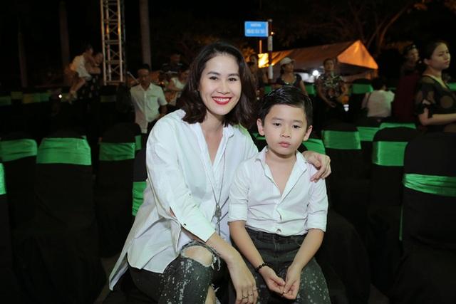 Thân Thúy Hà hạnh phúc bên cậu con trai – bé Duy Anh được nhận xét là rất chững chạc và thông minh.