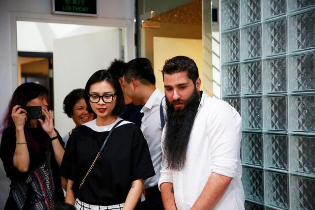 Đạo diễn phim Kong xuất hiện bên cạnh Ngô Thanh Vân trong phim trường của cô