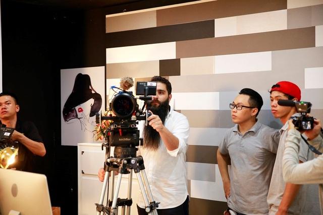 Đạo diễn phim Kong đến phim trường thăm Ngô Thanh Vân - 6