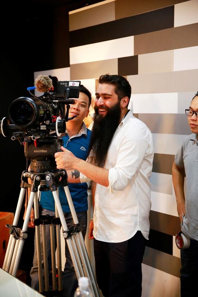 Jordan Vogt-Robert vui vẻ trực tiếp thực hiện quay một cảnh nhỏ trong phim, anh mong muốn bộ phim sẽ thành công tốt đẹp như siêu phẩm Kong vừa rồi.