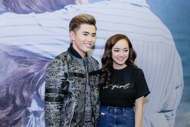 """Sánh bước cùng Will trong buổi công chiếu ra mắt MV """"Nơi ta chờ em"""" không ai khác ngoài cô bạn gái tin đồn Kaity Nguyễn – cô cũng vào vai nữ chính trong sản phẩm âm nhạc của Will."""