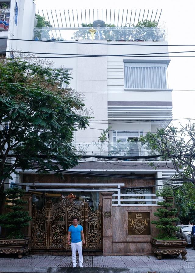 Căn nhà này rộng 700m2 với thiết kế 3 tầng cùng sân thượng. Theo đánh giá của giới chuyên môn, căn biệt thự của Lý Hùng nếu được rao bán trên sàn bất động sản ít nhất cũng nằm giá vài triệu đô.