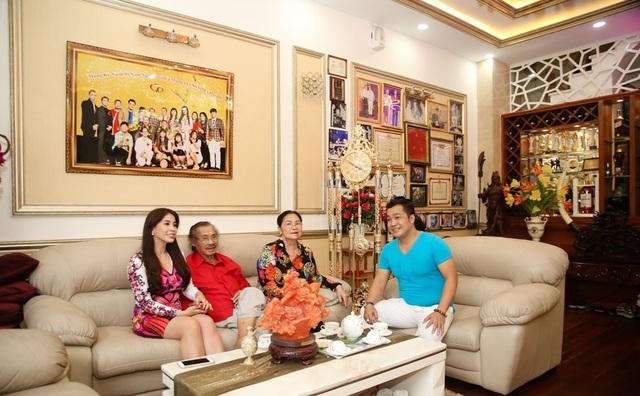 Với đam mê kiến trúc nên Lý Hùng đã bỏ ra 2 năm để thiết kế và trang trí cho ngôi nhà. Nam diễn viên cho biết muốn dành căn nhà rộng rãi thoải mái cho ba mẹ mình có thể nghỉ ngơi, thư giãn thoáng đãng tốt nhất.