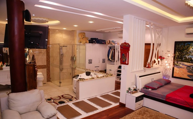 Phòng ngủ của Lý Hùng khiến nhiều người choáng ngợp bởi diện tích căn phòng lên tới 100m2 và được chia làm 2 phần, một phần anh thiết kế sàn gỗ cho giường ngủ, phần còn lại dành cho các công trình phụ như bồn tắm, vệ sinh với lối đi vào rãi sỏi trắng cùng nền gạch men.