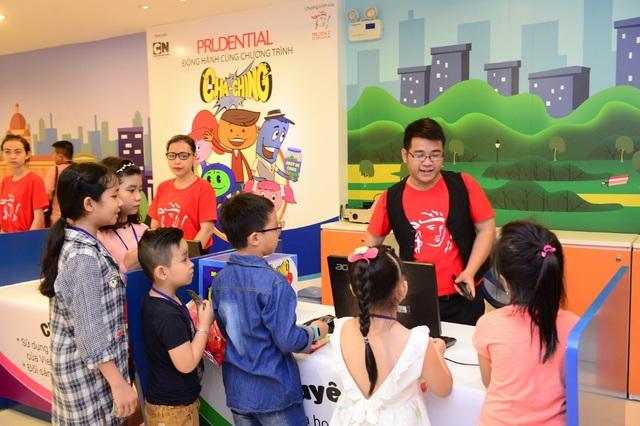 """Các bé thích thú """"giao dịch"""" tại Trung tâm tài chính Cha-Ching"""