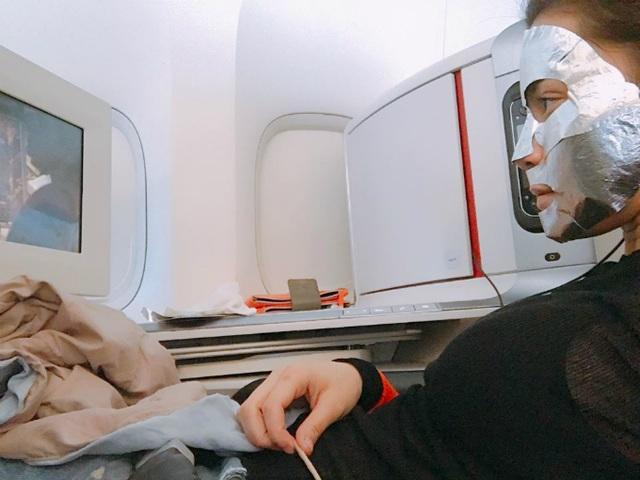 Hồ Ngọc Hà thư giãn trên máy bay, khi vừa đắp mặt nạ vừa xem phim. Cô viết: Tiếp tục dưỡng da và cày film trên mọi chuyến bay. Xem film thì thường xuyên khóc mà cuộc đời là cả cuốn film dài lại rất ít khi nhỏ lệ.