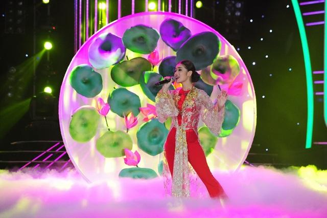 """Chưa bao giờ học qua trường múa nhưng Hoàng Yến vẫn """"liều lĩnh"""" lựa chọn bài hát """"Bánh trôi nước"""". Phần trình diễn hóa thân thành Hoàng Thùy Linh, Hoàng Yến Chibi bắt buộc phải tập trung rất nhiều động tác múa cực kỳ điêu luyện."""