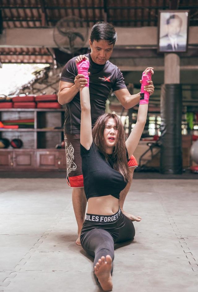 """Lúc mới bắt đầu tập luyện, võ sư cũng tỏ ra không hề tin tưởng Ngọc Trinh có thể thực hiện được các động tác võ thuật. Anh từng nói với ê-kíp rằng: Cô ấy múa lửa thì được, chứ đấm đá gì nổi và cô sẽ bỏ cuộc sớm thôi. Bởi trở thành một đả nữ là điều không hề dễ dàng. Nhiều đả nữ phải cần ít nhất hai năm mới có thể thực hiện những pha võ thuần thục""""."""