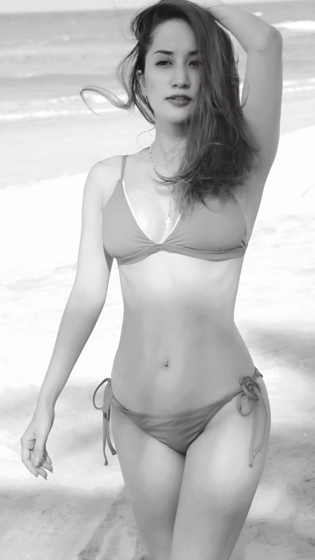 """Với bộ bikini 2 mảnh, Khánh Thi gây chú ý với thân hình gợi cảm, không hề có """"dấu hiệu"""" tuổi tác. Cô dường như tự tin hơn khi xuất hiện trong những shoot hình nóng bỏng, khoe vóc dáng trông mòn con mắt của gái một con."""